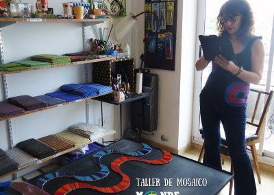 Mesa de hierro con azulejos