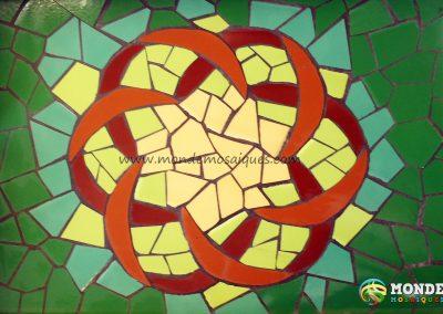 Bandeja trencadís. Diseño mandala con azulejos.