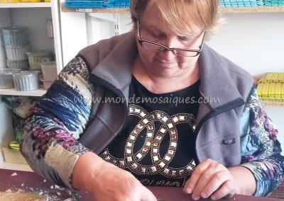 Graciela trabajando en su honguito sobre malla
