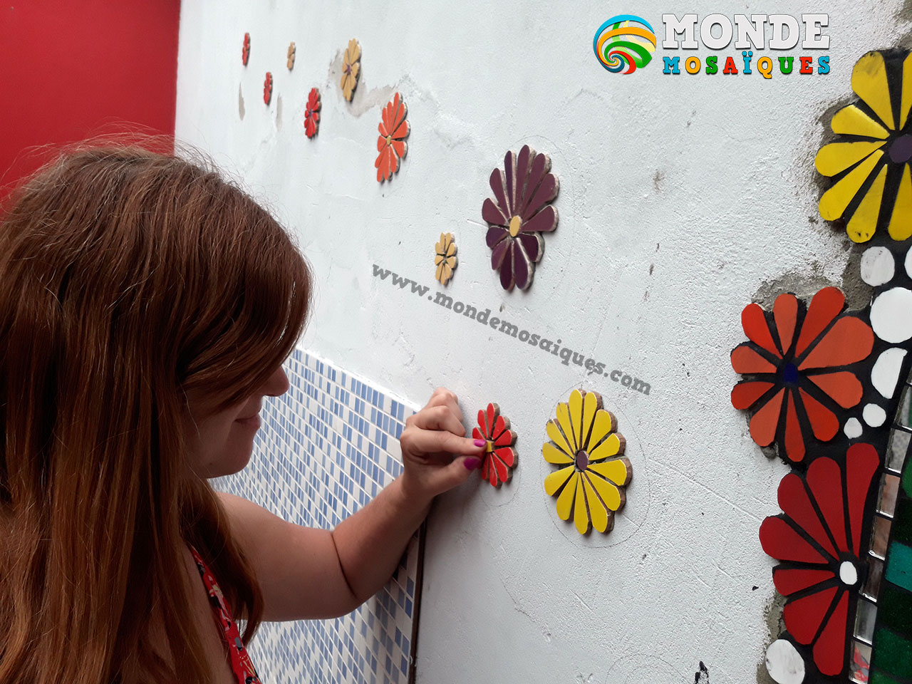 Mural en mosaico con flores